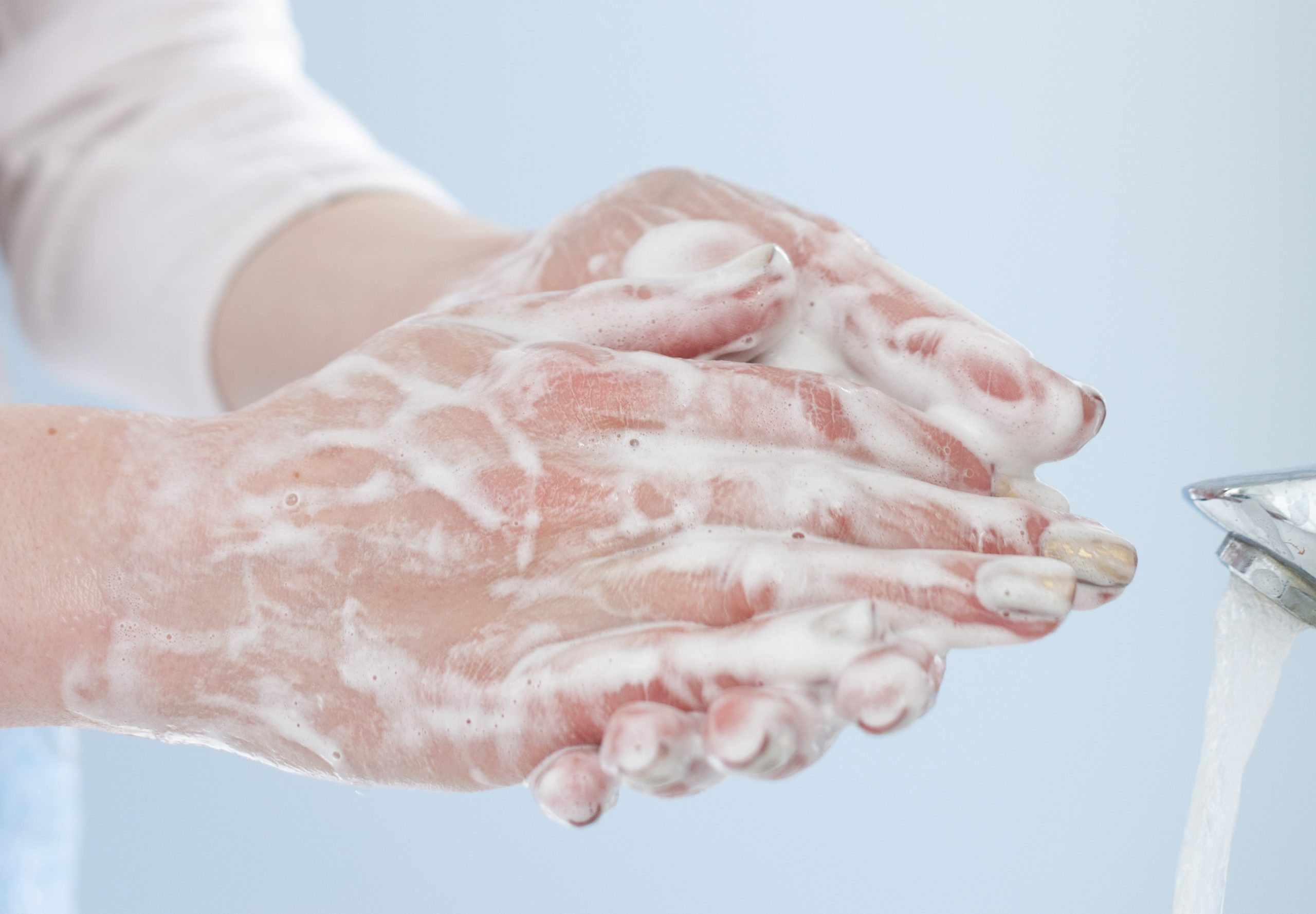 Il lavaggio frequente e l'igienizzazione delle mani per la prevenzione da COVID-19 può causare dermatite.
